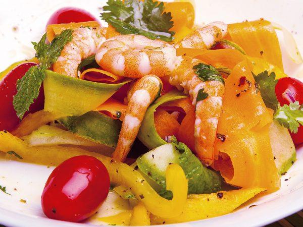 Salada de camarão com legumes - Foto: Arthur Moura